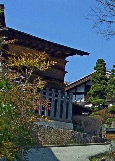 Le kosatsuba (panneau d'affichage des règles, lois et décrets du shogunat) à gauche