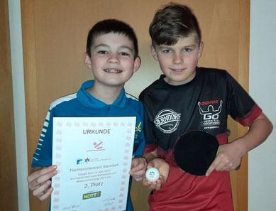 """Der NÖTTV belohnte unser Engagement rund um den diesjährigen """"World Table Tennis Day 2021"""" mit einer Urkunde! Simon und Jakob durften stellvertretend für alle Mitglieder mit der Urkunde posieren."""