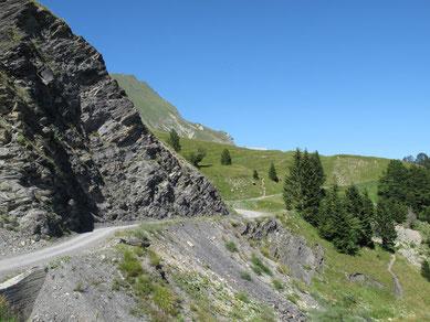 La route, à flanc de montagne