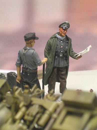 Offizier und Mannschaftsdienstgrad prüfen den richtigen Aufbau