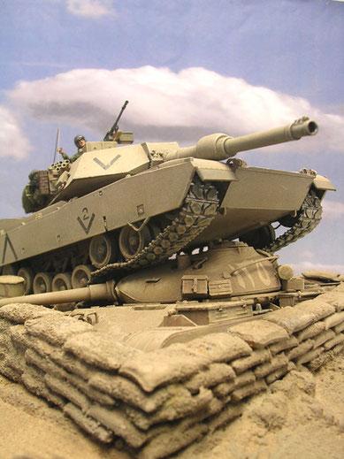 Der irakische T-62 ist bis zur Wannenhöhe in der Sandsackstellung eingegraben.