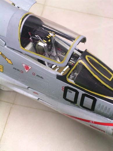 Cockpit aus dem Kit mit Ätzteilen für Sitzgurte und Rückspiegel