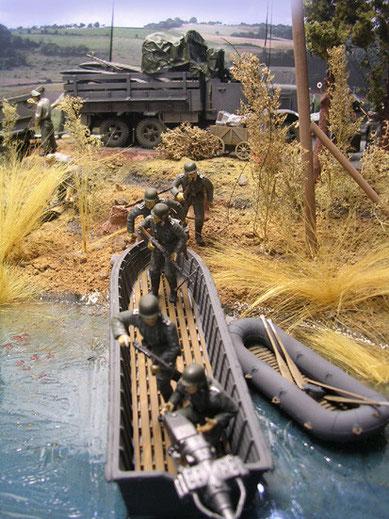 Die Figuren kommen auf die Szene: hier Sturmpioniere mit Sturmboot