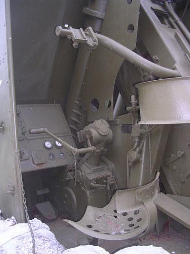 Der Sitzplatz des Richtschützen mit Handkurbel und dem strombetriebene Richtantrieb.