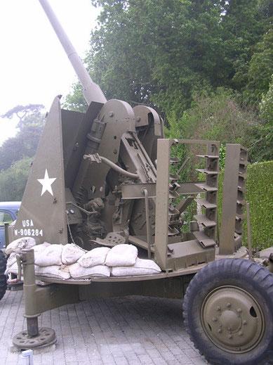 """Die 75mm-Flak """"Skysweaper"""" ist dagegen in einem perfekten Zustand. Hier sind hinter dem Geschütz auf den beiden Fahrgestellen die Munitionsracks erkennbar."""