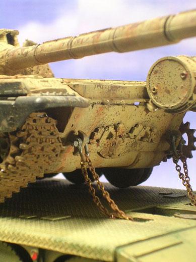 Verzurrung auf der Ladefläche, der T-72 hat schon eine Kette verloren