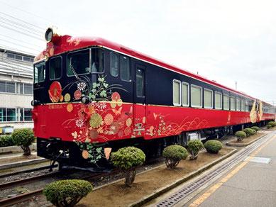 北陸の伝統工芸である輪島塗や加賀友禅をイメージした、JR七尾線の観光列車「花嫁のれん」