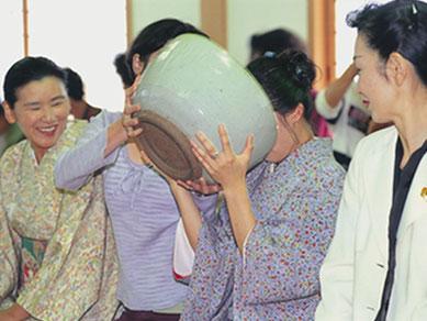 2日目の『西大寺』では、800年近く受け継がれてきた宗教的茶儀「大茶盛」をご体験いただきます。