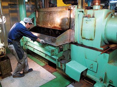 職人が手間を惜しまず丁寧に搾った岩井の胡麻油は世界中の料理人から高い評価を得ている。
