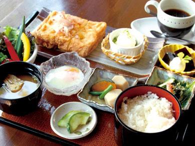 昼食は、笠間焼の器を使い、地場産の大豆と天然水で造った「佐白山とうふ厚揚げ膳」をご用意します。