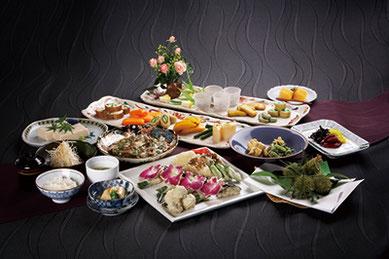 『閑臥庵』では後水尾法皇も好んだという300年来の伝統の味「京懐石普茶料理」をご堪能ください。