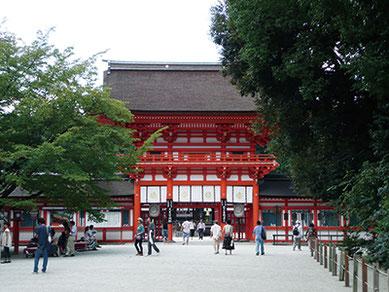 """ユネスコ世界遺産「古都京都の文化財」の1つ『賀茂御祖(かもみおや)神社』は""""下鴨神社""""の通称で親しまれている。"""