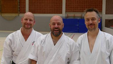 Iain Abernethy (Mitte) mit Andreas Seebeck (rechts) und einem langjährigen Karate-Weggefährten Knut Riedel aus Hamburg (links).