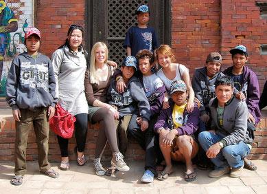 Frau Theis und Frau York mit der Wohngruppe der Strassenkinder in Nepal