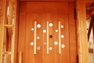 木のドア 玄関ドア 個性的