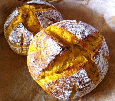 そのかぼちゃをたっぷり生地に練り込んだ、かぼちゃカンパーニュ、焼いてます♬お食事のおともに、ぜひお試しくださいね^^
