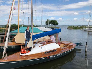Familie auf Segelboot auf dem Dümmer See