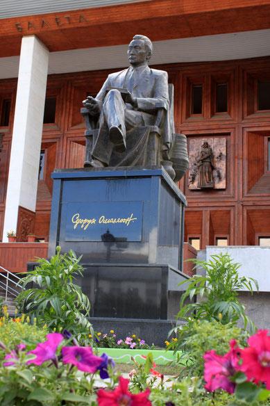 Памятник Д.К. Сивцеву (Суорун Омоллоон) в Якутске. Фото Марии Корниловой