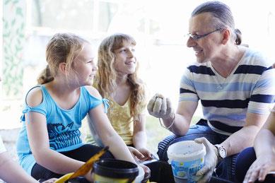Foto von Hortleiter Jörg Handrick mit Kindern
