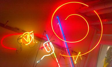 Neonbuchstaben Neonlicht// Neonjoecks