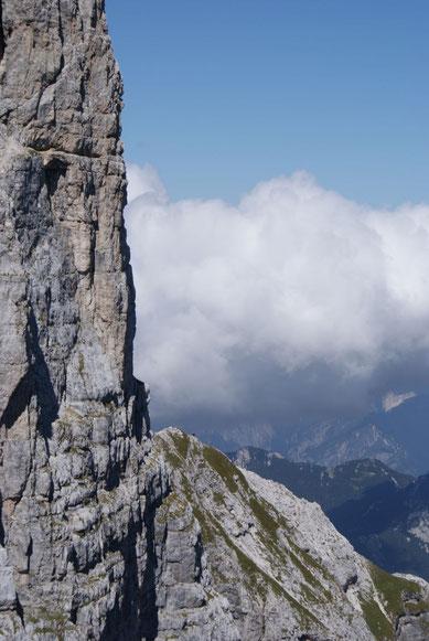 Über die Via Amalia ziehen unsere Kameraden auf dem begrünten Rücken Richtung Gipfel