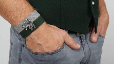 Hände in Hosentasche, Stoffarmband meine Heimat über Handgelenk