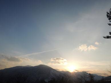 3/17撮影。山々に沈む夕陽~