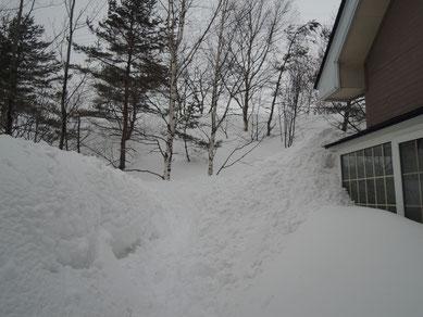 (2)の外側。屋根から落ちた雪がほぼ雪崩状態・・・