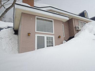 写真左側の雪部分が(1)の外側