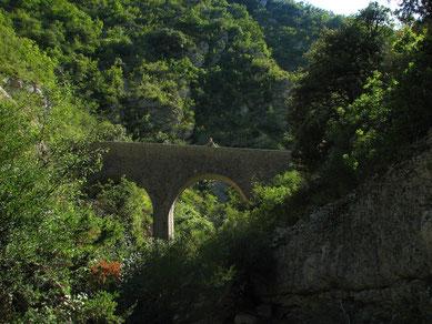 Entre Buis et le Poet-en -Percipe : Pont sur l'Alauzon
