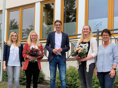 (von links) Ausbilderin Annika Siebert, die frischgebackene Verwaltungsfachangestellte Lara Wodstrschil, Bürgermeister Timo Lübeck, die neue staatlich anerkannte Erzieherin Maria Schott und Ausbilderin Ute Nebe.