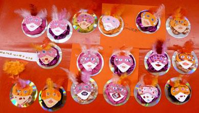 Tischdekoration für den Karneval: Masken auf CDs geklebt.
