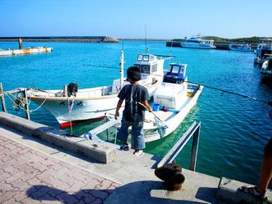 登野城漁港の子供たち