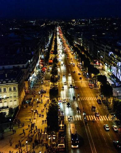Aussicht vom Arc de Triomphe auf die Champs Elysee