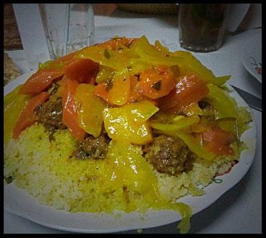 plat avec semoule, carottes oignons viande