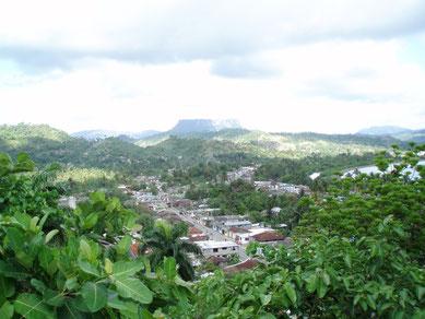 Baracoa - eine kleine Stadt im Osten Cubas in der Provinz Guantánamo, im Hintergrund  ist das Wahrzeichen der Stadt zu sehen - der Tafelberg