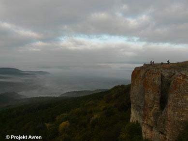 Steilabbruch des Plateaus von Avren beim Fundplatz Avren-Bobata