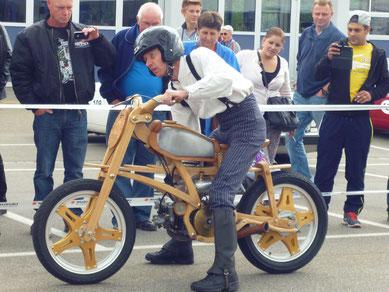 Eine Besonderheit stellte bestimmt ein Holzmotorrad von Damain Koller, Moosleerau, dar.