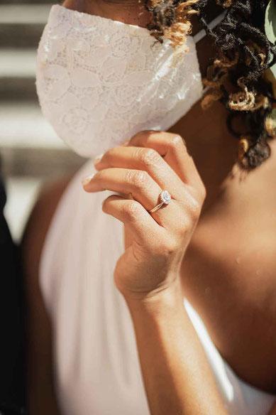 Hochzeitsfoto mit Maske Braut