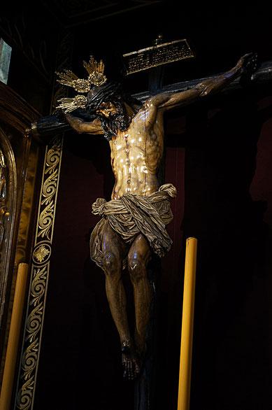 Photographie, Espagne, Andalousie, église, Christ en croix, cierges, dolorisme, baroque, art religieux, sculpture, Mathieu Guillochon.
