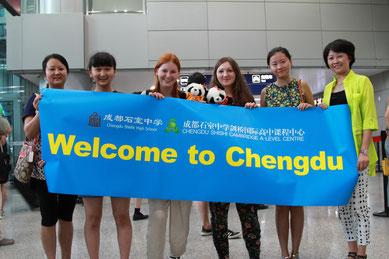 Welcome-Foto am Flughafen - In der Mitte Luzi und ich, daneben jeweils unsere Gastschwester mit Gastmutter. Und wie süß, wir haben Plüschpandas geschenkt bekommen!