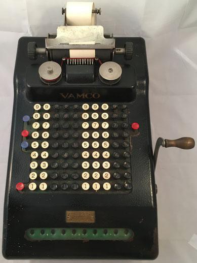 Sumadora VAMCO (Victor Adding Machine COmpany), modelo 300 de VICTOR con 10 columnas y con resta automática, s/n 141678, fabricada en Chicago, año 1928, distribuida en España por Venancio Guillamet, 46x34x22 cm