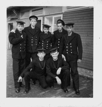 Mariniers in 1956, hadden geen uniform voor ons, en wij werden voor de warmte maar in Matrozen uniform gekleed...