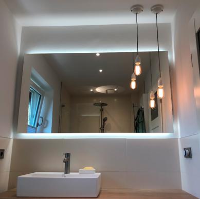 Großer Spiegel mit Rückbeleuchtung und Lampen. Waschamatur Chrom