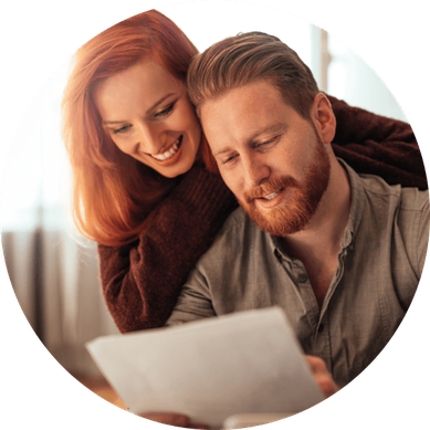 Junges Paar mit Unterlagen für die Finanzberatung