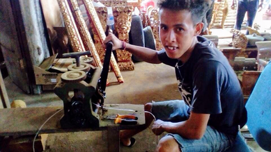 プラスチック製の鍵盤釣り紐を作る少年