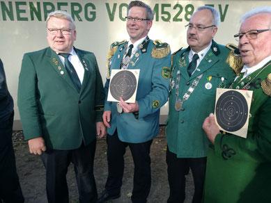 KSV-Vorsitzender Ewald Meyer gratuliert Thomas Jirjahn zum Kreisschützenkönig 2017