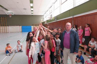 Die 4d freut sich über den CVJM-Wanderpokal. Wolf-Rüdiger Umbach (rechts) und Dirk Kinne (hinten links) freuen sich mit den Kindern.