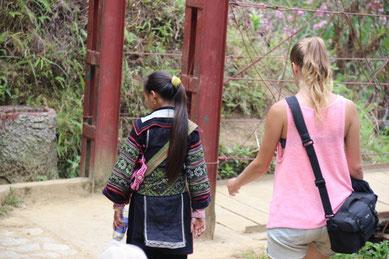 Notre guide Hmong, Lem donne le tempo de la marche...
