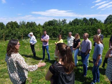 Monika Rönn erläutert den Besuchern die Umsetzung der neuen innovativen Konzepte von der Vermarkung bei den Marktschwärmern, Anpflanzung von bis zu 30 Apfelsorten, Umstellung auf Bioanbau bis zu solidarischer Landwirtschaft.